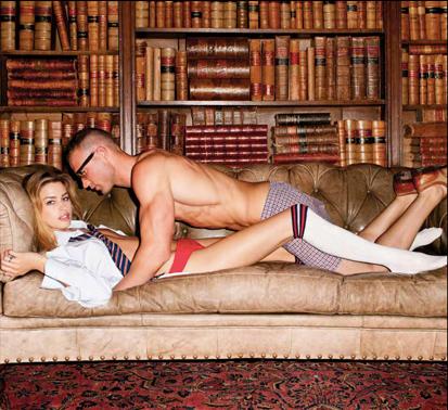 couple faisant amour dans la bibliothèque